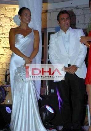 Şarkıcı Neco ile Oya Germen'in büyük kızı Zeynep Özyılmazel, Çeşme'de bir kır düğünüyle evlendi.