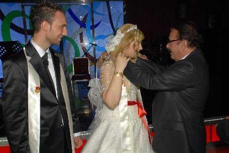 Tayfur o gece kızını evlendiren her baba gibi biraz heyecanlı, biraz mutlu, biraz da buruktu.