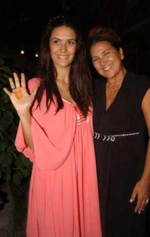 Yeşilçam'ın ustalarından Tanju Korel ile kendisi gibi oyuncu olan Hülya Darcan'ın kızı Bergüzar Korel, dizideki rol arkadaşı Halit Ergenç ile evlendi.