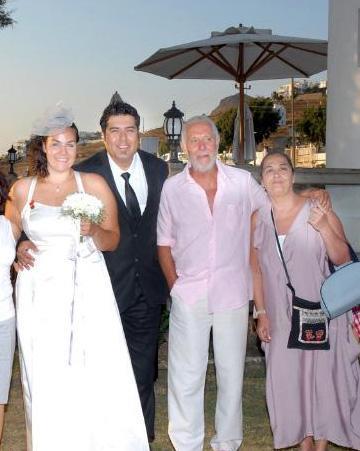 Trompet sanatçısı Melis Şeşen, Bodrum-Turgutreis'te düzenlenen törende trombon sanatçısı Hakan Kılman ile nikah masasına oturdu
