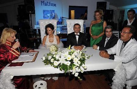 Müşerref Akay da oğlunun düğününde mutluluk gözyaşları döken ünlülerden.