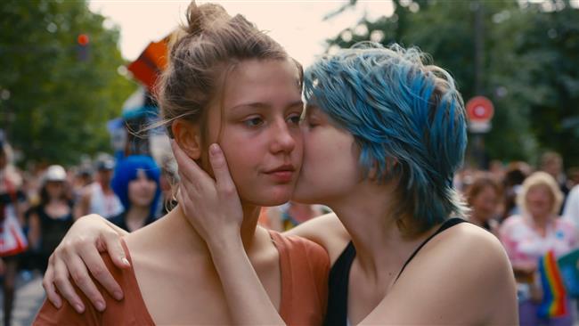 Mavi En Sıcak Renktir  15 yaşındaki Adele'in emin olduğu iki şey vardır; o bir kızdır ve kızlar erkeklerle çıkar. Bir gün büyük meydanda Emma'nın mavi saçlarını farkediverir ve işte o an hayatının değişeceğini anlar. Kendi ergenlik sorularıyla yapayalnız, bakışlarını kendine ve başkalarının bakışlarını kendine çevirir. Emma'yla yaşadığı aşkı bir kadın olarak, bir yetişkin olarak yaşamaktadır. Fakat Adele ne kendisiyle ne ailesiyle ne de bu absürd dünyayla barış yapmayı becerememektedir. Abdellatif Kechiche tarafından yönetilen filmin başrollerini Léa Seydoux, Adèle Exarchopoulos ve Catherine Salée paylaşıyor.