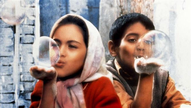"""Cennetin Çocukları  Bu masalsı duygusal film, yoksul bir ailenin çocukları olan Ali ve Zehra isimli iki küçük kardeşin öyküsünü anlatıyor. Kızkardeşinin ayakkabılarını tamirciden getirirken kaybeden Ali, kendi ayakkabısını onunla ortak kullanmak zorundadır. Çünkü babalarının öfkesinden çekindikleri için durumu ona anlatamazlar, zaten anlatsalar da babaları yeni bir çift ayakkabı alamayacak kadar yoksuldur. Filmin tanıtım sloganında denildiği gibi onların bu küçük sırrı artık en büyük serüvenleri olacaktır.  <a href=  http://mahmure.hurriyet.com.tr/foto/yasam/yagmurlu-havalarda-izlenecek-en-guzel-filmler_41142   style=""""color:red; font:bold 11pt arial; text-decoration:none;""""  target=""""_blank""""> Yağmurlu Havalarda İzlenecek En Güzel Filmler"""