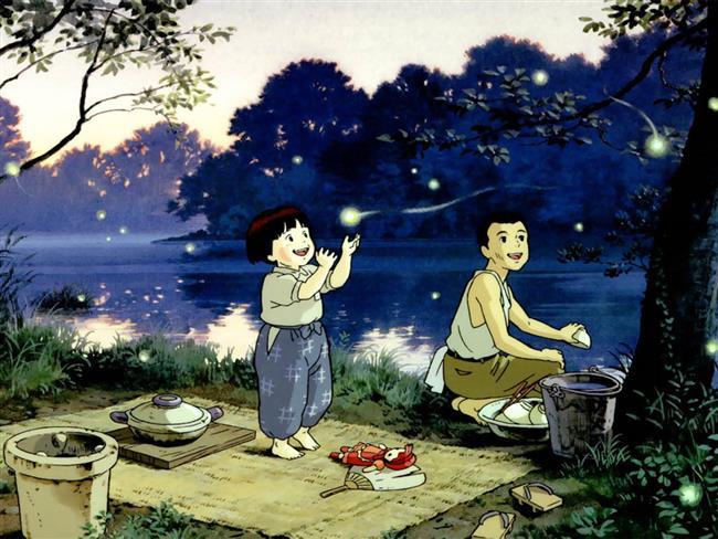 Ateş Böceklerinin Mezarı  2. Dünya Savaşı devam etmektedir. 14 yaşındaki Seita ve 4 yaşındaki kız kardeşi Setsuko, babaları donanmayla birlikte savaşa gittiği için anneleri ile birlikte yaşamaktadırlar. Bir Amerikan hava saldırısı sırasında anneleri ölür ve teyzeleri tarafından evlat edinilirler. Teyzelerinin evinde gördükleri muameleden rahatsız olan kardeşler, kendi başlarına yaşam savaşı vermeye başlarlar. Bu süreçte açlık, önyargı ve kendi gururları ile mücadele eden kardeşler kendi savaşlarını verecektir..