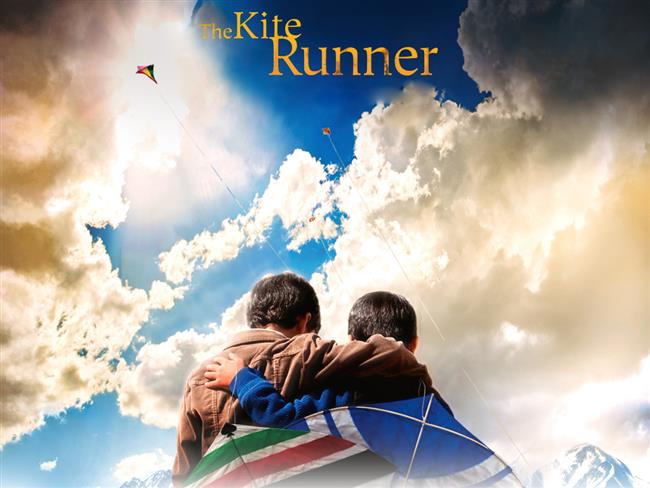 Uçurtma Avcısı  Afganistan'da 1970'li yıllarda Amir ve Hassan, Amir'in babasının evinde birlikte büyümüş iki arkadaştırlar. Amir, zeki ve iyi kalpli babasının, annesinin ölümünden ötürü kendisini suçladığına inanmaktadır. Bu vesile ile de Hassan'ı daha çok sevdiğini ve onu tercih ettiğini düşünür. Buna karşılık Amir, babasının en iyi arkadaşı olan Rahim Khan'a fazlasıyla saygı duyar. Rahim, ona yazar olabilmesi için hep destek vermektedir. Amir'in bir uçurtma uçurma yarışmasını kazanmasının ardından, Hassan, ona bir uçurtma getirmek üzere koşarak gider. Ancak bu esnada dayak yer ve elindeki Amir'in uçurtmasını korumak isterken gasp edilir. Amir aslında saldırıya şahit olur ama korkaklığından Hassan'a yardım etmez. Dahası, Amir doğum günü partisinin ertesi sabahında yeni saatini Hassan'ın yatağına saklayarak onu hırsız ilan etmek ister. Çocuklukları böyle yaşanırken yıllar sonra bir gün Amir, Hassan ve karısının Taliban tarafından öldürüldüğünü öğrenir. Şimdi eski dostunun oğlunu kurtarmak en büyük misyonudur. Film Afgan yazar Khaled Hosseini'nin romanından uyarlanmıştır.
