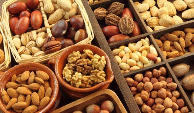 Yağlı Tohumlar:  Ceviz, fındık, badem gibi yağlı tohumlar yüksek lif, magnezyum, çinko ve E vitamini içeriğinden besleyici besinlerdir. Yağlı tohumlar meyvelerle birlikte tüketildiğinde kan şekerini hızlı yükselmesini önler ve uzun süreli tokluk sağlar.   Üşümemek İçin Bunları Tüketin!