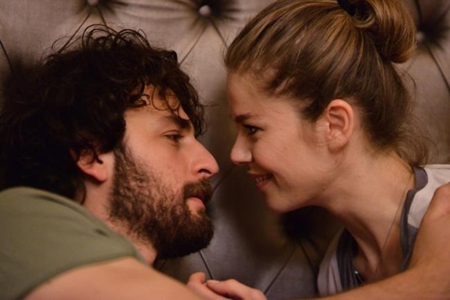 Burcu Biricik ve Birkan Sokullu Türk televiyonlarına kısa sürede damga vuran birbirlerinden nefret edip bir o kadarda aşık olan çifti canlandırıyorlar.