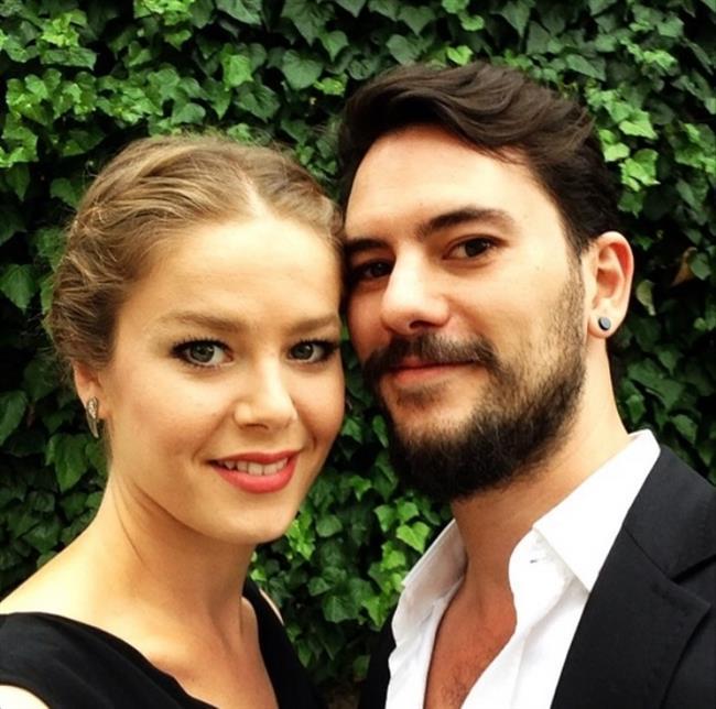 Gerçek hayatta Burcu Biricik bu yaz renkli bir düğünle sevgilisi Emre Yetkin'le evlendi.