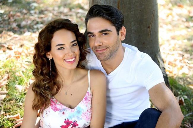 Kadir Doğulu ve Seda Bakan, Bana Sevmeyi Anlat dizisinde birbirini çok seven bir çifti oynuyor.