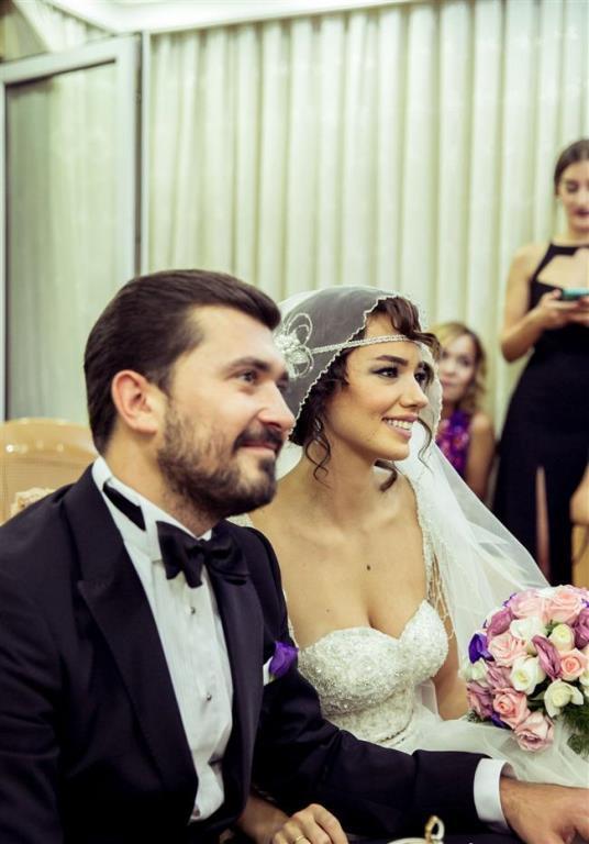 Televizyonların şirin ve eğlenceli kızı Seda Bakan ise Ali Erel ile mutlu bir evlilik sürdürüyor.