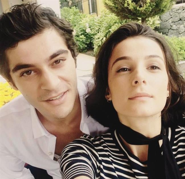 Burak Deniz ise bir dönem birlikte aynı dizide rol aldığı Büşra Develi ile uzun süredir mutlu bir ilişki yaşıyor.