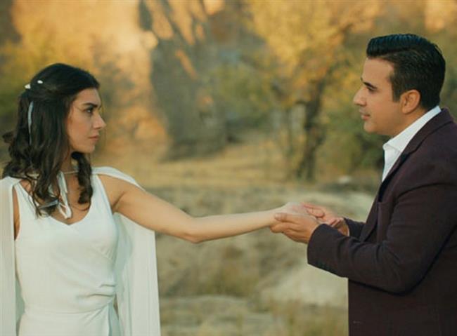 Emrah ve Burcu Kıratlı yeni sezona hızlı bir giriş yapan Aşk ve Mavi dizisinde çıkarları uğruna evlilik yapan ama zamanla yakınlaşan evli bir çifti canlandırıyorlar.
