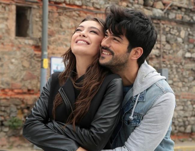 Neslihan Atagül ve Burak Özçivit, Kara Sevda dizisinde bir türlü kavuşamayan birbirine aşık bir çifti canlandırıyorlar.