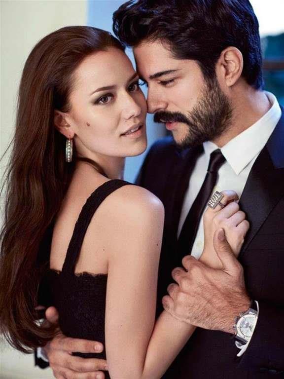 Burak Özçivit ise tüm zamanların en yakışan çifti ilan edildiği güzel oyuncu Fahriye Evcen'le aşk yaşıyor.