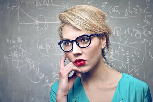 """Kelimeleri aşırı analiz ederler  Zeki insanlar sürekli merak eder: """"Bunu söyleyerek ne demek istedi?"""" Bu düşünce tarzı, en zararsız durumlarda bile sosyal anksiyeteye neden olabilir. İşvereninden duyacağı basit bir iltifat bile onu """"Alay mı ediyor?"""" ya da """"Gerçekten iyi bir iş mi çıkardım?"""" gibi düşüncelere iter. Aslında karşısındaki insan sadece ağzından çıkanları söylemiş olmak istese de, aşırı düşünür için, günün geri kalanında basit etkileşim endişesi bırakır."""