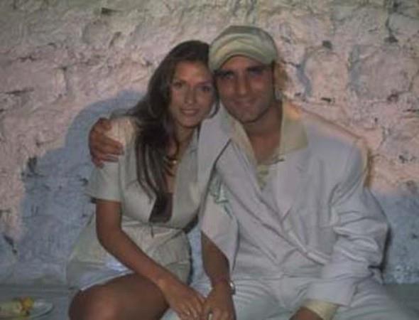 Uzun süre magazin gündeminin ilk sıralarında yer alan aşk nikah masasına uzandı. El Roman ve Tuğba Altıntop evlendiler. Önceleri her şey de yolunda gidiyordu. Hatta çiftin mutluluğu dünyaya gelen kızları ile perçinlendi.   En Çok Konuşulan Boşanmalar!
