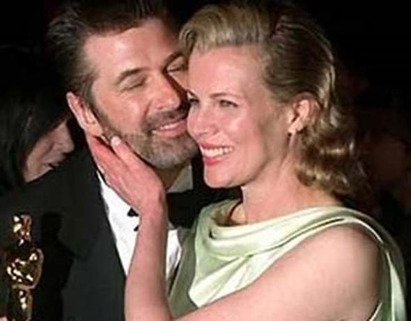 """Aktör bir ara yaşadığı bunalım yüzünden kendini öldürmeyi düşündüğünü de kitabında itiraf etmişti.   Basinger ve Baldwin boşandılar ve artık ortalık kelimenin tam anlamıyla """"süt- liman:""""  Kaynak: Hürriyet"""