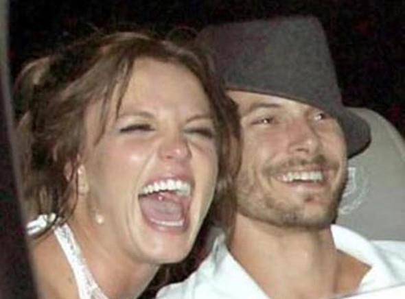 Pop müziğin çılgın kızı Britney Spears ile eşi Kevin Federline'ın boşanması da olaylı oldu. Çift önce çocukların velayeti için birbirine girdi. Sonra Federline'ın Spears'tan para kopartmak istediği ileri sürüldü.