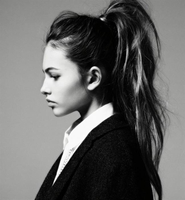 At kuyruğu saç modelleri bazı kadınlar için gerçekten de vazgeçilmez. Yüzü ufak ve alnı çok geniş olmayan kadınlara çok yakışıyor. Aynı zamanda şık gece elbiselerini tamamlayan en ideal saç modellerinden birisi. Yılbaşı akşamında çılgınlar gibi eğlenmek istiyorsanız ve saçlarınız size sorun olsun istemiyorsanız şık bir atkuyruğu ideal bir seçim olabilir.