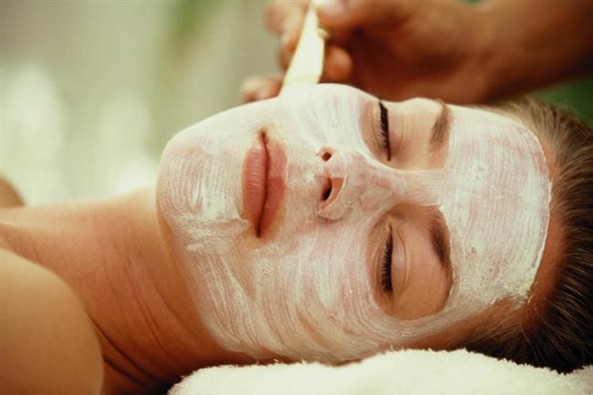 Beyaz turp ten rengini açmakta iyidir. Dilimlenmiş beyaz turpu direk yüzünüze sürebilir yada suyunu ayrıştırarak suyunu pamuk kullanarak yüzünüze sürebilirsiniz. 30 dakika bekledikten sonra yıkayabilirsiniz.