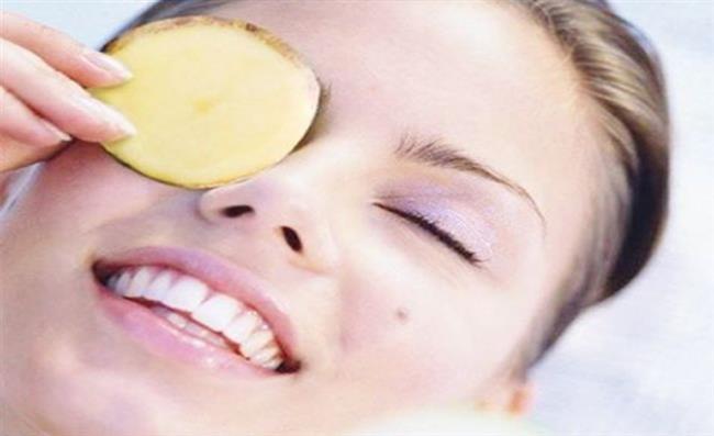 Patates cilt rengini açmada oldukça etkilidir. Büyük patatesleri yüzünüze yerleştirebilecek şekilde dilimleyin ve yüzünüzde 15 dakika beklettikten sonra yüzünüzü yıkayın.   Ciltteki Kahverengi Lekeler Nasıl Geçer?