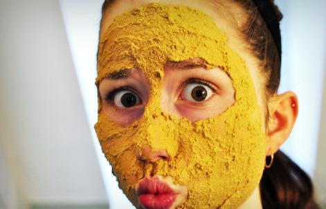 Zerdeçal tozu ile limon suyunu karıştırın ve yüzünüze sürün. 20 dakika sonra ılık su ile durulayın. Bu uygulamayı 2 günde bir yaparsanız etkisini kısa zamanda görebilirsiniz.