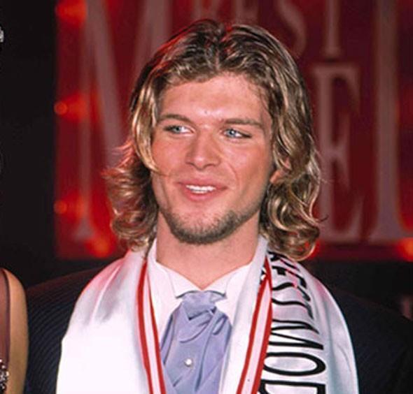 """Kıvanç Tatlıtuğ   2002 yılında katıldığı Best Model Of Turkey ve Best Model Of The World yarışmalarını kazandı.  <a href=  http://mahmure.hurriyet.com.tr/foto/magazin/mankenlikten-oyunculuga-gecen-unluler_41246 style=""""color:red; font:bold 11pt arial; text-decoration:none;""""  target=""""_blank""""> Mankenlikten Oyunculuğa Geçen Ünlüleri Görmek İçin Tıklayınız!"""