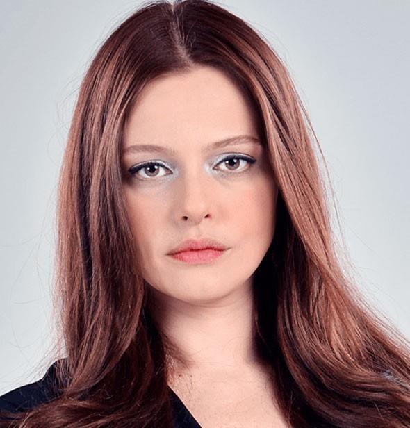 Naz Elmas   1983 doğumlu Elmas ilk olarak Gülbeyaz dizisi ile izleyici karşısına çıktı.
