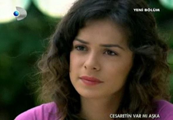 Özge Özpirinçci   1986 doğumlu oyuncu ilk olarak Cesaretin Var Mı Aşka dizisinde rol aldı. Ancak dizinin reyting oranı, Özge'nin oyunculuk serüveninde mola vermesine neden oldu.