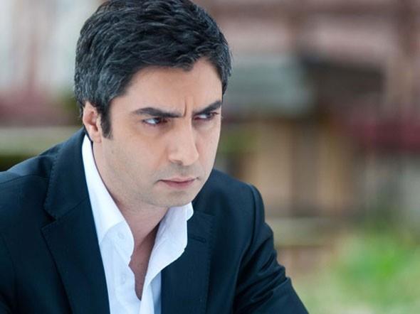 Çok geçmeden İstanbul'a gelip yönetmen Osman Sınav ile iş görüşmesine oturdu.Sınav'dan senaryo ekibine dahil olmak için teklif beklerken, başrol teklifi aldı.