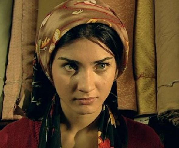 Tuba Büyüküstün   TV'deki ilk önemli çıkışını Çağan Irmak'ın yönettiği Çemberimde Gül Oya dizisiyle yaptı. Daha sonra Ihlamurlar Altında geldi.