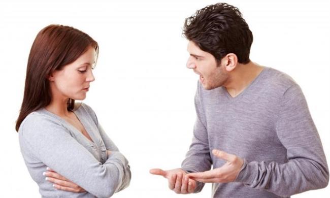 Kova Burcu:  Sus dinle şimdi siniri geçer! Sinirlendiğinde kayıtsızlaşır, mesafe koyar, uzaklaşır veya gerekiyorsa sonuna kadar kendini savunur, sert tepkiler gösterebilir, asi yanıtlar verebilir. Fikirlerini kolay değiştirmez aksine sonuna kadar inatlaşır. Eğer çok kızmışsa, karşısındaki tehdit edebilir. Asla unutmaz, haşin davranabilir. Sizi en çok yalan, nankörlük, baskı altına alınmak, sıradan biri olarak görülmek öfkelendirir.