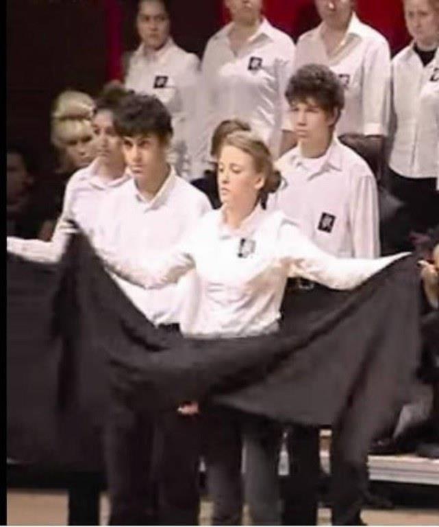 """Serenay Sarıkaya'nın sanat aşkı, lise yıllarında objektife böyle yansıdı. Özel Ataşehir Adıgüzel Güzel Sanatlar Lisesi'nde öğrenim görürken farklı oyunlarda rol alan Serenay Sarıkaya, """"10 Kasım Oratoryosu""""nda da sahnedeydi."""