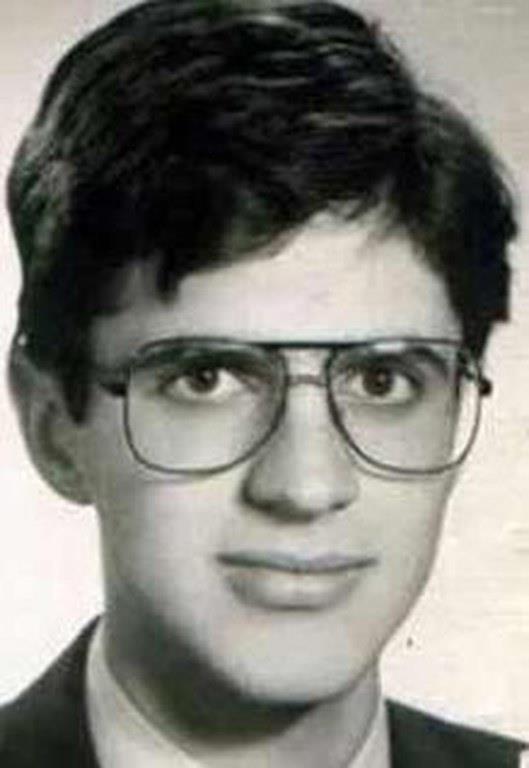 Teoman öğrenciyken bir dönem gözlük kullanmış.