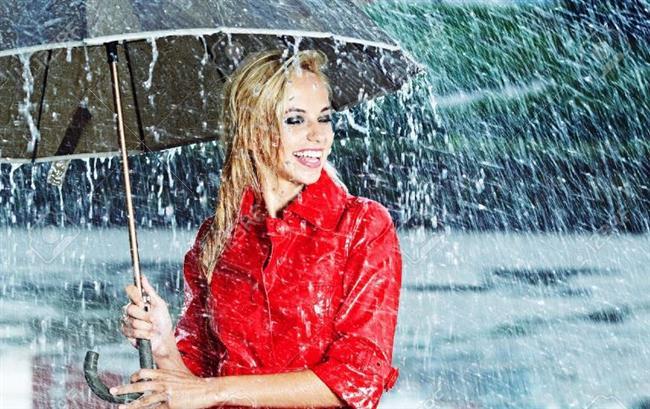 Yağmurluk Yerine Rüzgarlık:  Eğer dışarda çok zaman geçirmeniz gerekecekse, yağmurluktansa bir rüzgarlık alın yanınıza. Çünkü rüzgarlık hem yağmurlu hem de yağmursuz havalarda kullanılabileceği gibi, daha da az yer kaplar. Dolayısıyla soğuk yerlere giderken mutlaka yanınıza almanızda fayda var. Ancak, eğer yağmur ihtimali kuvvetliyse bir de yağmurluk almaktan çekinmeyin. İyice katlanıp küçücük yer kaplayan, rengarenk yağmurluklardan birini alarak bu meseleyi de halledebilirsiniz.