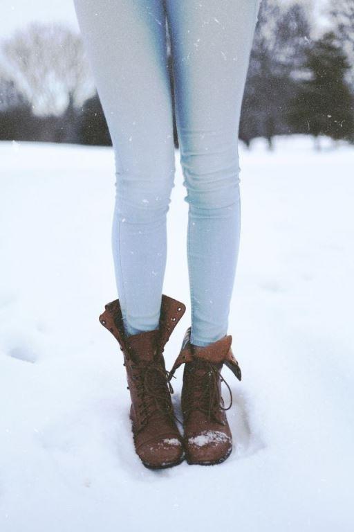 """Ayakkabı Seçerken Dikkat:  Kışın en önemli giysilerden biri ayakkabı! Soğuğa karşı koruyan, mümkünse su geçirmez cinsten olmaları önemli. Ve sakın yanınıza yeni, daha önce giymediğiniz ayakkabı ve botlar almayın. Vurabilirler ve bu da tatilinizi zehredebilir.  <a href=  http://mahmure.hurriyet.com.tr/foto/yasam/arkadaslarla-kisin-tatil-yapabileceginiz-yerler_41340  style=""""color:red; font:bold 11pt arial; text-decoration:none;""""  target=""""_blank"""">  Arkadaşlarla Kışın Tatil Yapabileceğiniz Yerler İçin Tıklayınız!"""