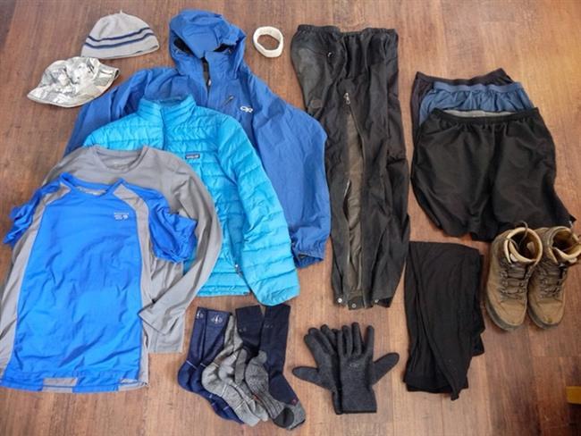Çabuk Kırışan Kıyafetlerden Uzak Durun:  Tabii bu formülü uygulayacaksanız, kıyafetlerinizi kırıştırmamanız da önem taşıyor. Bavula koyacağınız parçaları seçerken, çarçabuk kırışan, narin, ütü ve özel ihtimam isteyen giysilerden uzak durmaya özen gösterin. Yanınıza kolay kırışan kıyafetler almanız gerekiyorsa, önce üzerlerine büyükçe bir naylon geçirin, sonra katlayın. Böylece daha az kırışacaklar.