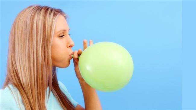 Bir balon edinerek onu her gün şişirip indirmek, yanak kaslarınızın çalışmasını sağlar.