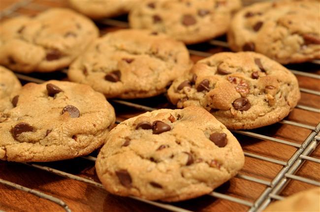 Amerikan Kurabiyesi (Soft Cookie)  Tarifi İçin Malzemeler  125 gr yumuşak tereyağ ( margarin de olabilir)  1,5 kahve fincanı esmer şeker  2 yumurta  5,5 kahve fincanı un  1 paket vanilya  1 paket kabartma tozu  4 tepeleme çorba kaşığı damla çikolata  Amerikan Kurabiyesi (Soft Cookie) Tarifi Yapılışı  Çikolata hariç tüm malzeme yoğrulur. En son çikolata katılır. Erimemesi için çok az karıştırılmalıdır. Elle 5-6 cm çapında yassı şekil verilerek tepsiye dizilir. Büyüyeceği için aralıkları 2-3 cm olmalı. 160 dereceye ısıtılmış fırında 15 veya 20 dk pişirilir. 20 dk yı aşmamalıdır. Çok yumuşak, lezzetli bir kurabiye olacaktır. Bu ölçüyle 22-24 adet kurabiye oluyor.