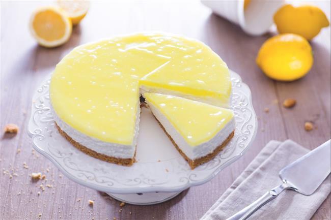 Limonlu Cheesecake  Tabanı için:   1.5 paket bisküvi  3 yemek kaşığı kadar eritilmiş tereyağı  2 yemek kaşığı süt  Ortası için:  2 yemek kaşığı un  1 su bardağı yoğurt  2 yumurta  1 paket labne peyniri  1 paket krema  1 su bardağı şeker  1 limon kabuğu rendesi  1 paket vanilya  Üzeri için:  1 limon suyu  Yarım çay bardağı şeker  1 tatlı kaşığı nişasta  1.5 su bardağı su  1 limon kabuğu rendesi  Yapılışı;  Tabanı hazırlamakla başlayalım. İlk olarak bisküvilerimizi rondodan geçirip un gibi ufalıyoruz. Daha sonra içine tereyağımızı, sütümüzü ilave edip karıştırıyoruz. Rondodan tekrar geçiriyoruz. Daha sonra kelepçeli kek kalıbımıza bu karışımımız koyup elimizle bastırıp böylece cheescake tabanını oluşturmuş oluyoruz. Bunu buzdolabına kaldırıp yaklaşık 20 dk. bekletiyoruz. Ara katını hazırlamaya geçiyoruz. Bir kapta labnemizi,yoğurdumuzu ve kremamızı çırpmaya başlıyoruz. İçine diğer malzemeleri tek tek ilave edip çırpmaya devam ediyoruz. Daha sonra buzdolabından çıkardığımız tabanını üzerine bu hazırladığımız ara katı döküp, önceden ısıtılmış 180 derece fırında üzeri kızarana kadar pişiriyoruz. Fırından çıkarmadan soğumaya bırakıyoruz. Üzerini hazırlamaya başlıyoruz. Nişastamız hariç tüm malzemeleri bir kapta ateşe alıyoruz. Nişastamızı iki kaşık suda çözüp, karışıma ilave ediyoruz. Daha sonra karıştırarak kaynatıyoruz. Kaynar gelince altını kapatıyoruz. Soğumaya bırakıyoruz. Artık kekimiz soğudu, sosumuzda soğuyunca kekimizin üzerine sosumuzu döküyoruz. Bu kekimizi buzdolabında bir gün bekletip, istersek böyle, istersek süsleyerek servis ediyoruz.