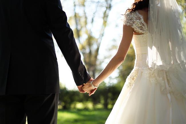 Türkiye'de son yıllarda evlilik kurumuna eskiye oranla daha bir güvensizlik ve çiftlerin evlilik bağını başarılı bir şekilde sürdürmemelerinden kaynaklı boşanma oranlarında da artış gözlenmekte. Evlilik terapistlerine göre bu durumun nedeni Türk insanının bazı değerlerinden ödün vermesi ve 'Bir yastıkta kocamak' ilkesinden uzaklaşmaları…