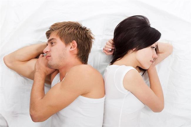 """Çiftler İşin Ciddiyetinde Değil!   """"Evlilik, 'BEN, SEN ile, BEN'i koruyarak ve SEN'i yok etmeden BİZ olmak istiyorum' demektir, birlikte mutlu olacağınızı düşündüğünüz biriyle yeni bir hayata adım atmaktır"""" diyen Keçe, romantik ve heyecan verici flört ya da nişanlılık döneminde evliliğe hazırlanan çiftin, iki gönül bir olunca samanlığın seyran olacağını düşündüğünü ve evliliklerinde aşamayacakları hiçbir sorun olmayacağına inanarak yola çıktıklarını belirtti. Ancak son yıllara ait istatistiklerin ortaya koyduğu boşanma oranlarındaki çarpıcı artışın, gerçekte samanlığın seyran olmadığını gösterdiğine dikkat çeken Keçe, """"Evliliğin uzaktan bakıldığı kadar kolay olmadığını gören çiftlerden bazıları işin kolayına kaçtığından, bazıları da evliliği ciddiye almadığından devam ettirmek yerine boşanmayı seçiyorlar. Çoğunlukla şiddetli geçimsizlik nedeniyle sonlanan evlilikler, aslında eşlerin birbirlerini anlamaya ve aralarındaki uyumu korumaya çalışmamaları ve birbirlerini kafalarındaki rollere sokma gayretleri nedeniyle bitiyor"""" dedi.  <a href=  http://mahmure.hurriyet.com.tr/foto/ask-iliskiler/aska-inancinizi-artiracak-40-sey_41153 style=""""color:red; font:bold 11pt arial; text-decoration:none;""""  target=""""_blank""""> Aşka İnancınızı Arttıracak 40 Şey!"""