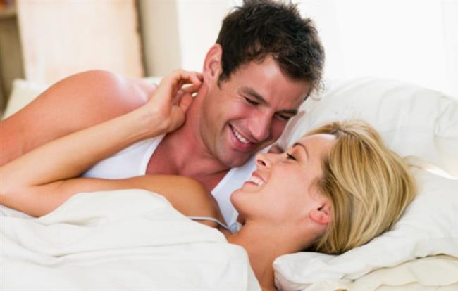 """Mutlu Evliliğin Temeli 'Bir Yastık'ta Saklı    Psikoterapist Cem Keçe, değişmeyen tek şeyin değişim olduğunu belirterek, evliliklerde de değişimin kaçınılmaz olduğunu söyledi. Zaman içinde kadının ya da erkeğin bir dizi değişimden geçtiğini belirten Keçe, """"Her ikisin de ihtiyaçları, istekleri, beklentileri değişir, farklılaşır. Bu değişim, eşler tarafından anlayışla karşılanıp kabullenilmez ve uyum sağlanmazsa aralarındaki iletişim bozulur. Çatışmalar, tartışmalar, kavgalar ve hatta aldatmalar yaşanır. Mutlu bir evliliğin temeli iyi bir iletişimle atılır"""" dedi. Geçmişte çiftlerin evlendikleri zaman yataklarında tek uzun bir yastık bulundurma geleneği olduğunu hatırlatan Keçe, 'Bir yastık' deyiminin de işte bundan geldiğini anlattı. Ne olursa olsun, aralarında nasıl bir sorun ya da çatışma yaşanırsa yaşansın çiftin gece tek bir yastığa baş koyduğunu ve yatağını ayırmadığını hatırlatan Keçe, bunun asla elden bırakılmayan bir ve tek olma, iletişimi asla koparmamayı temsil ettiğini kaydetti. Keçe, """"Eşlerin birbirini dinlediği ve anladığı bir iletişimleri varsa, birlikte duş alıyorlarsa, birlikte aynı saatte yatağa girebiliyorlarsa, göz teması, gönül teması ve ten teması kurarak birbirlerini dinleyebiliyorlarsa, ahde vefalılarsa ve düzenli sevişiyorlarsa evlilikleri de sağlam temeller üzerine kurulmuştur. Bu sayede, yaşadıkları çatışmaları ve diğer sorunları etkili bir biçimde çözebilirler. Aksi takdirde, en ufak bir geçimsizlikte, yastığını, yatağını hatta odasını ayıran çiftler için boşanma olasılığı artmaya devam eder"""" dedi."""