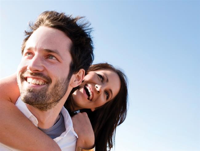 Sevginizi Açıkça Gösterin   Eşinize onu sevdiğinizi sözlerle ve davranışlarınızla ifade etmekten asla vazgeçmeyin. Sevmek ve sevildiğini bilmek herkes için öncelikli bir ihtiyaçtır. Evliliklerde yapılan en büyük hata bir süre sonra eşlerin birbirlerine sevgilerini ifade etmemeye başlamalarıdır. Eşinize onun sevgi dilini kullanarak onu sevdiğinizi anlatmayı hiç bırakmayın.  Değer Verdiğinizi Hissettirin   Eşinizi beğendiğinizi, ona değer verdiğinizi, saygı duyduğunuzu gösterin. Düşüncelerine değer verin ve onu yargılamadan dinleyin, onaylayın, takdir edin, asla başkalarıyla kıyaslamayın ve kesinlikle aşağılamayın. Eşinizin duygu ve düşüncelerini anlamak için empati yapın. Üzgün, tedirgin, gergin olduğunda onunla konuşarak neler hissettiğini anlamaya çalışın.