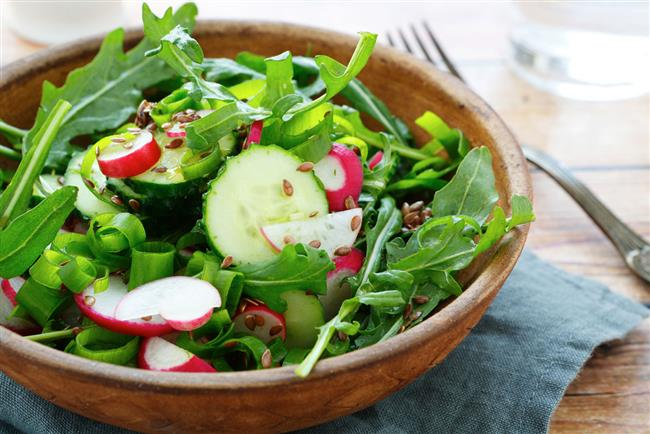 Turpgiller familyasına mensup olan roka yeşil yaprakları daha çok salatalarda kullanılmakla birlikte garnitür olarak da tüketilmektedir. Akdeniz Bölgesi ülkelerinde popüler olan roka son on yıldır ABD ve diğer Avrupa ülkelerinde de tüketilmeye başlanmıştır.  Yeşil yapraklı, acımsı bir tada sahip roka C vitamini açısından zengin bir içeriğe sahiptir. C Vitamininin yanı sıra çeşitli mineraller, glukozinolat, kalsiyum, folat ile A, K ve P vitaminleri de yine Roka'nın etken maddeleridir. 100 gram roka bir kişinin neredeyse günlük K vitamini ihtiyacının tamamını karşılamaya yeterlidir.