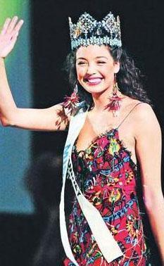 """AZRA AKIN  Son yıllarda reklamlar, filmler ve dizilerde sıkça rastladığımız Azra Akın, 2002'de Türkiye güzeli seçildikten sonra Miss World'de Türkiye'yi temsil edip ülkeye birincilik tacıyla geri dönmüştü.  <a href=  http://mahmure.hurriyet.com.tr/foto/magazin/tesaduf-eseri-unlu-olan-isimler_41349    style=""""color:red; font:bold 11pt arial; text-decoration:none;""""  target=""""_blank""""> İşte Tesadüf Eseri Ünlü Olan İsimler!"""