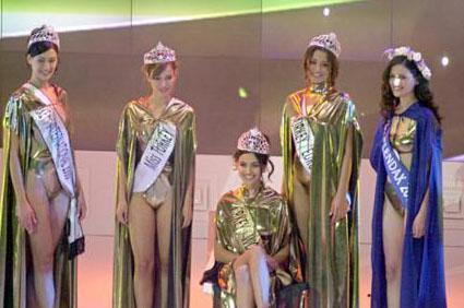 GAMZE ÖZÇELİK  Onun da hayatı bir taçla değişti. Özçelik'in Türkiye İkinci Güzeli seçildiği yarışmada Yüksel Ak (oturan) Cansu Dere de (sağdan) üçüncü olmuştu.