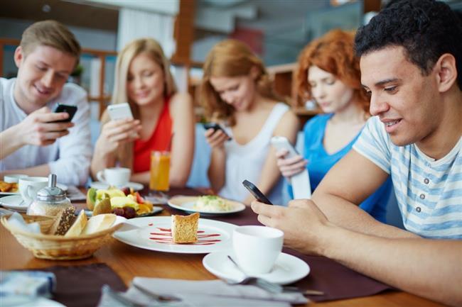 Nelere yol açıyor?  Sosyal medya bağımlılığı, kimine göre çok cazip yanlarına rağmen kişinin bireysel ve toplumsal yaşamında çeşitli bozulmalara ve sorunlara neden olabiliyor. Örneğin kişi sosyal medyada o kadar çok vakit harcar hale geliyor ki, gün içinde yapması gereken işleri ihmal etmesine ya da eksik yapmasına neden oluyor. Bu da iş hayatında veya günlük hayatında aksamalara neden oluyor. Uzman Klinik Psikolog Reyhan Algül, bağımlılığın gerçek ilişkilerde de kopmalara yol açtığını ifade ederek, gerçek ilişkiler ve etkileşimlerde kişinin gittikçe daha başarısız hale gelebildiğini kaydediyor.