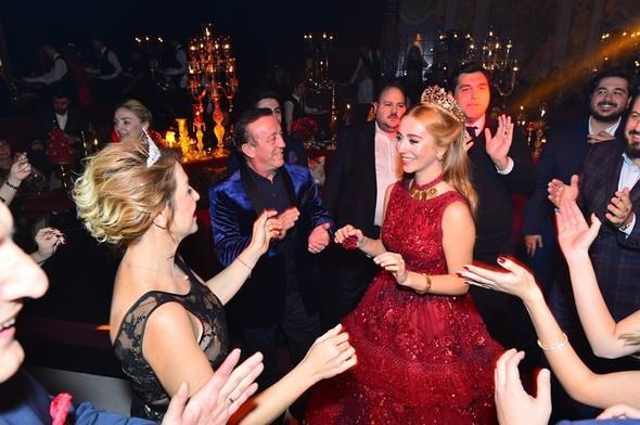 Ali Ağaoğlu kızını evlendiriyor. 24 Aralık'ta Koray Kırcal'la nikâh masasına oturacak olan Sena Ağaoğlu'nun kına gecesi, önceki akşam Beşiktaş Four Seasons Hotel'de yapıldı.  Kaynak:Hürriyet