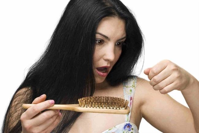 """Saçımızdaki kırıkları onarabilmek için öncelikle saçımızın da canlı olduğunu ve hırpalarsak zarar vereceğimizi unutmamalıyız. Bu nedenle de düzenli olarak nemlendirmeye dikkat etmeliyiz. Zira nem dengesi bozulan saçlar kuruyarak kırıklara yol açmaktadır.  <a href= http://mahmure.hurriyet.com.tr/foto/guzellik/kabaran-saclara-cozum-onerileri_41249/ style=""""color:red; font:bold 11pt arial; text-decoration:none;""""  target=""""_blank""""> Kabaran Saçlara Çözüm Önerileri İçin Tıklayınız!"""